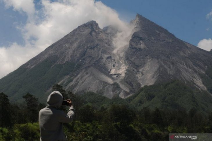 Gunung Merapi semburkan awan panas guguran