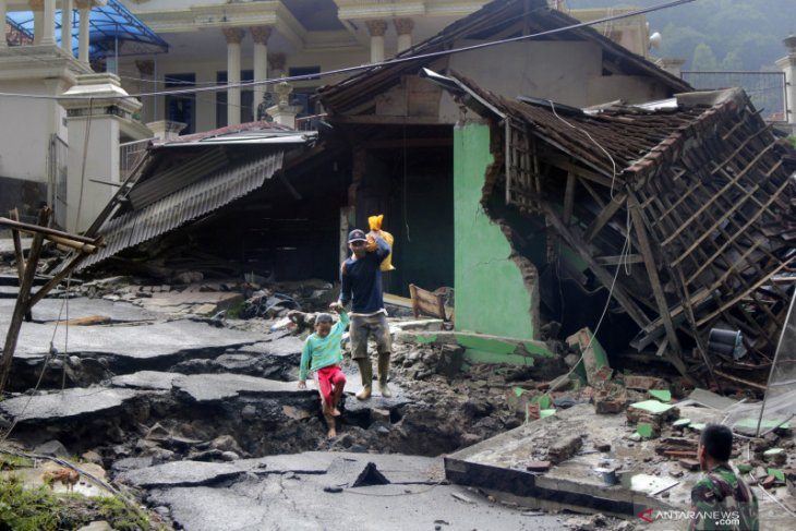 Destroyed school buildings extend Lebak's students' stay at home