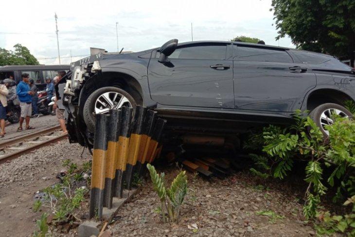 KA tabrak mobil, pengemudi tewas dan enam penumpang luka