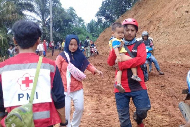 Para bayi tangguh yang bertahan di tengah banjir