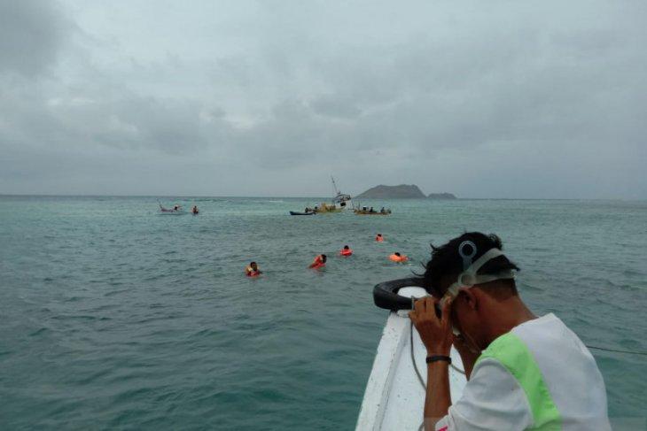 Boat carrying 18 tons salt sinks in West Manggarai waters