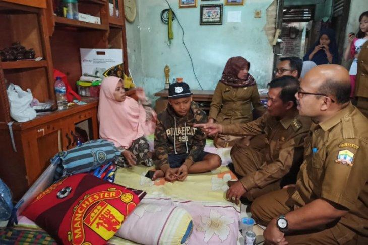 Walikota Serang Jenguk Adriansyah Penderita Kangker di Cilowong