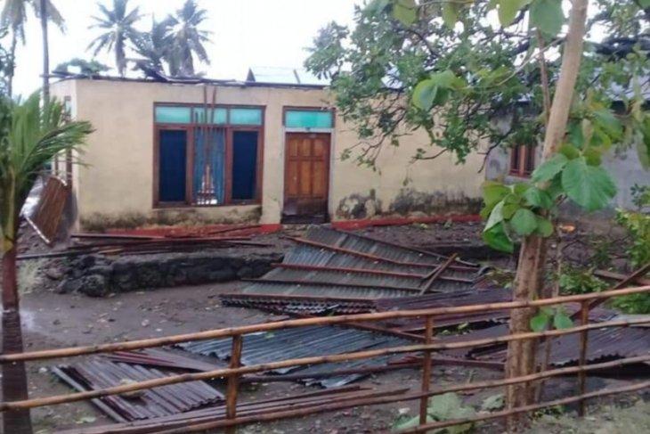 Nine houses in Hadakewa, Lembata, wrecked by whirlwind