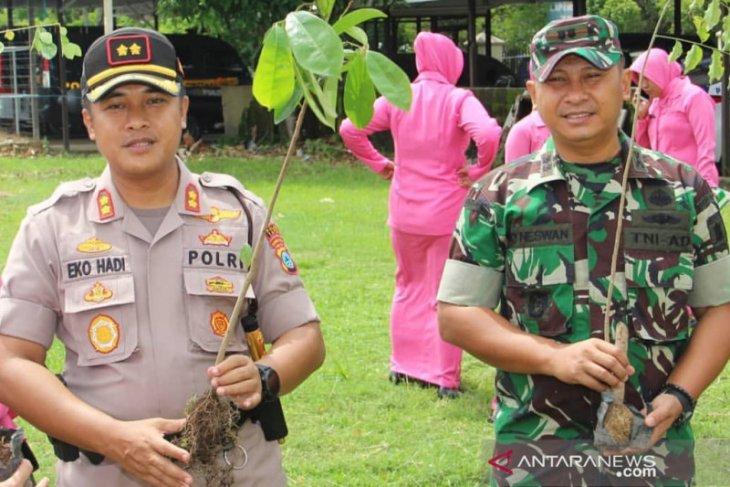 Sinergitas TNI-Polri tanam pohon menyambut Hari Lingkungan Hidup