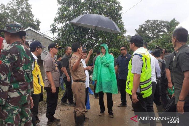 Jokowi visits flash flood victims in Bogor District