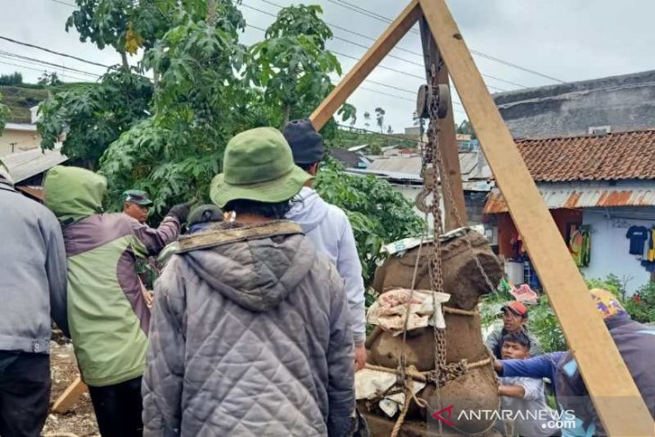 Cultural heritage agency unearths large Ganesha statue in Dieng