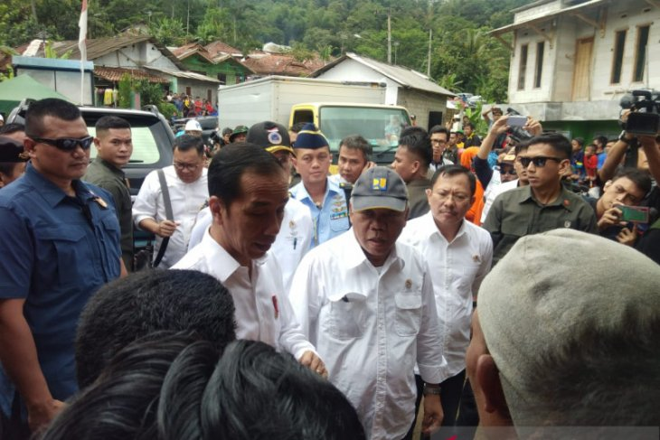 Jokowi visits flash flood victims in West Java's Bogor District