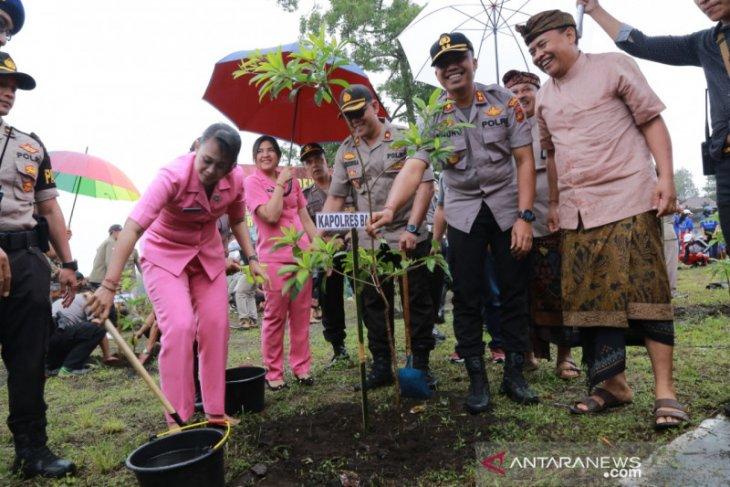 Polres Bangli tanam 1.999 bibit pohon secara serentak