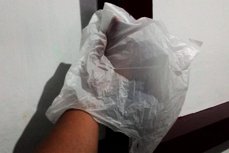 Aksi pencuri pakaian bertopeng plastik kresek terekam CCTV