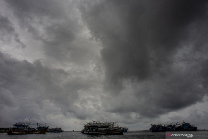 Waspada hujan disertai angin di Jakarta Jumat ini