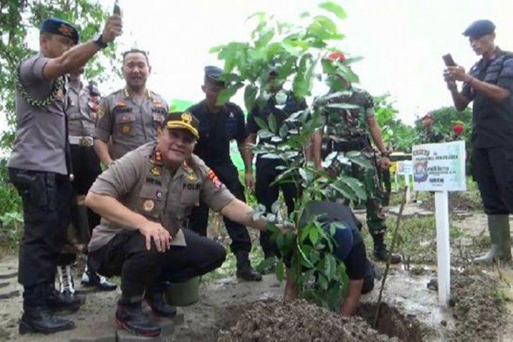 Kapolda Banten  lakukan penanaman 20 ribu batang pohon
