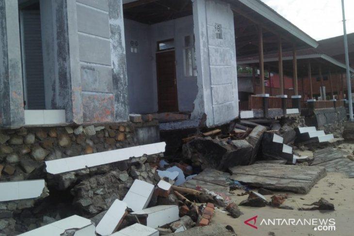 Fasilitas wisata hiu paus di Botubarani-Gorontalo rusak diterjang ombak