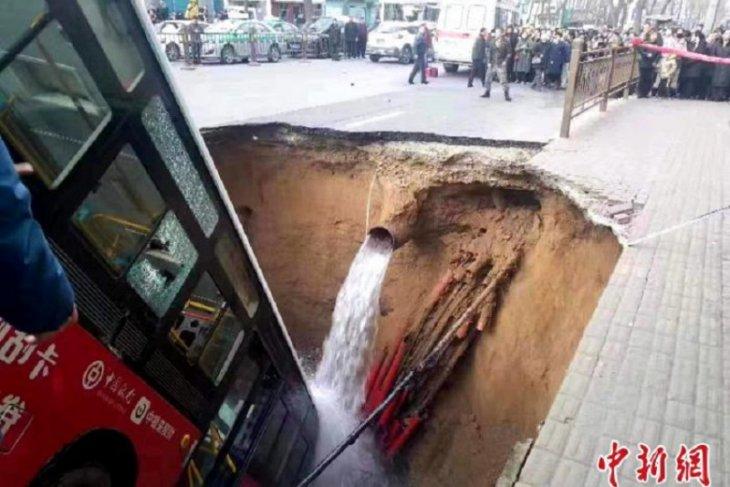 Enam tewas, 10 hilang akibat jalan amblas di Qinghai