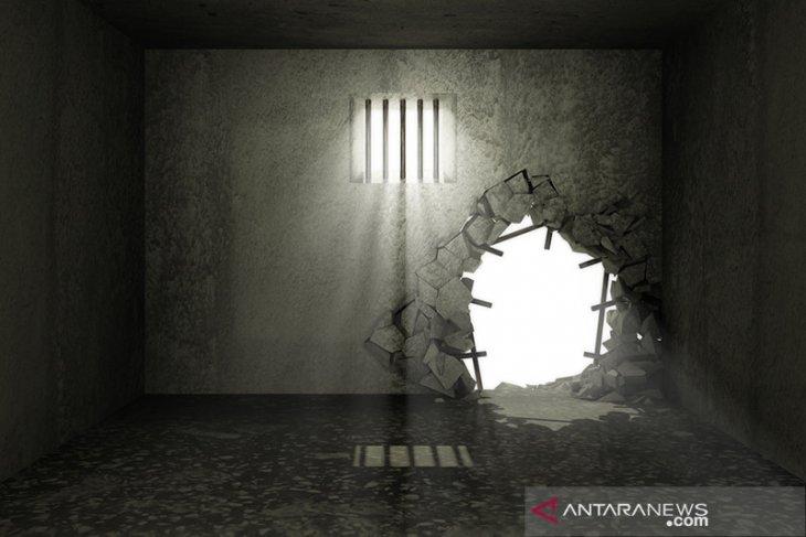 Ratusan narapidana Uganda kabur, sebagian membawa senjata dan amunisi