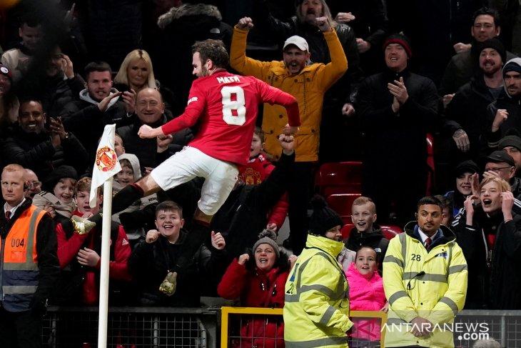 United pasang tribun berdiri di Old Trafford