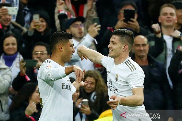 Real Madrid puncaki klasemen, beri tekanan debut Setien di Barca