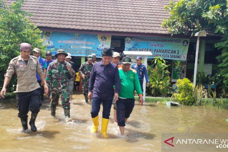 Wali Kota Serang bersihkan ruang kelas akibat banjir di Pamarican