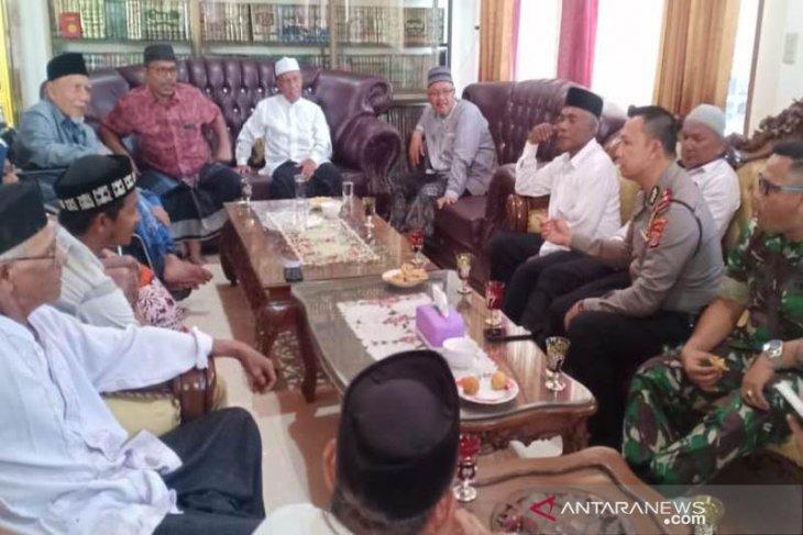 Muspika Langkahan silaturahmi dengan ulama karismatik Aceh