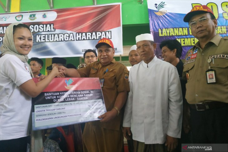 Families of flood victims in Banten receive compensation