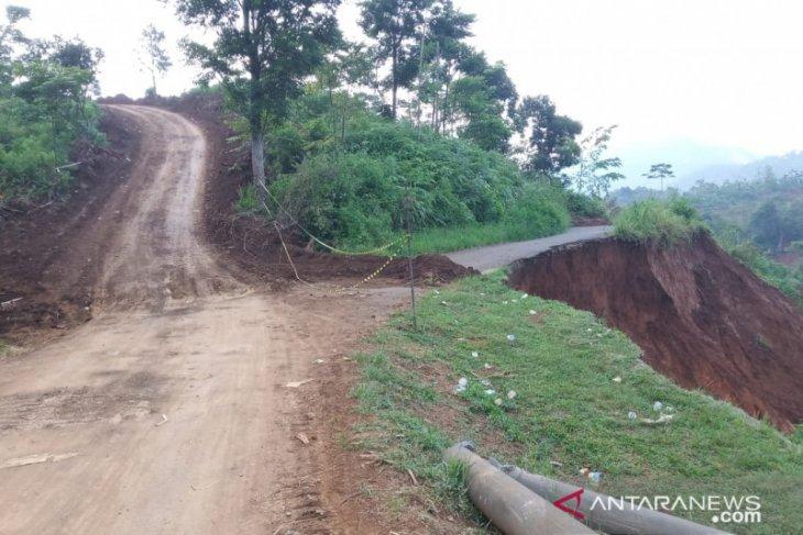 Dua bukit dibelah demi buka akses jalan desa terisolasi di Sukajaya