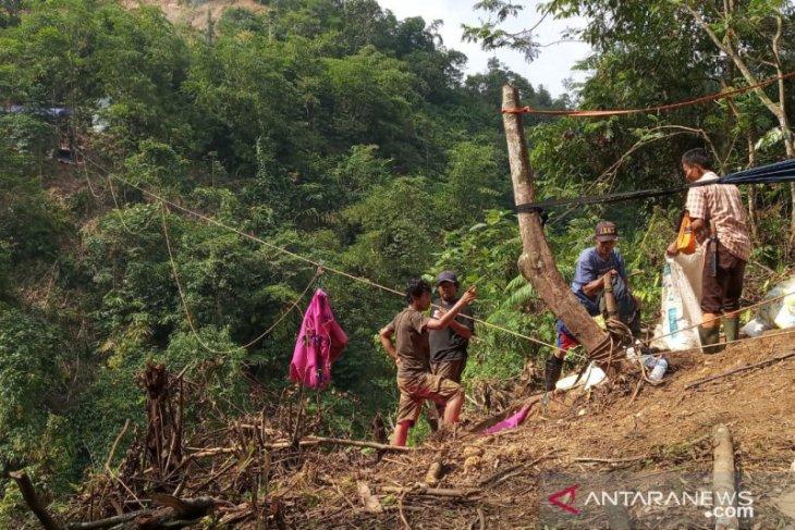 Bantuan logistik ke kampung terisolasi Bogor disalurkan gunakan