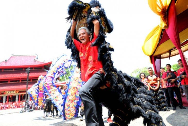 Gubernur Jawa Tengah Ganjar jadi pemain barongsai perayaan Imlek