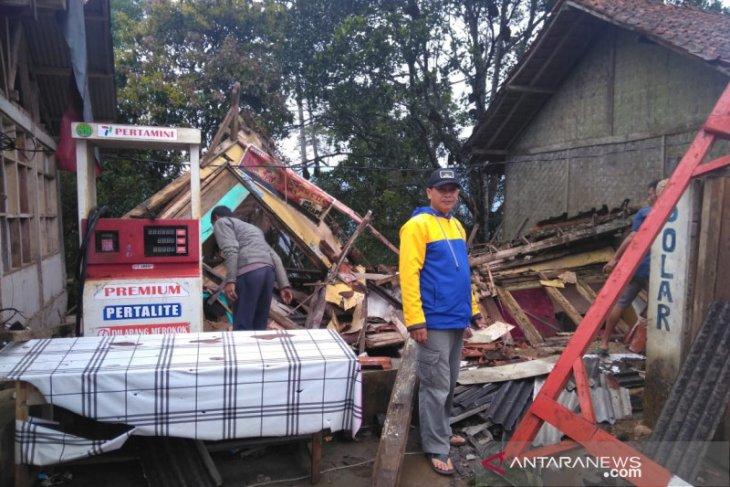 Rumah warga Garut ambruk di tengah diguyuran hujan deras