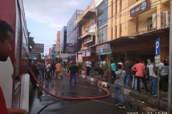 Kebakaran Hotel 61 Dan Restoran A W Pun Ikut Terbakar Di Banda Aceh Antara News Aceh
