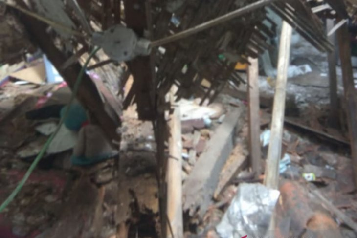 Satu keluarga di Bogor terluka akibat atap rumah runtuh