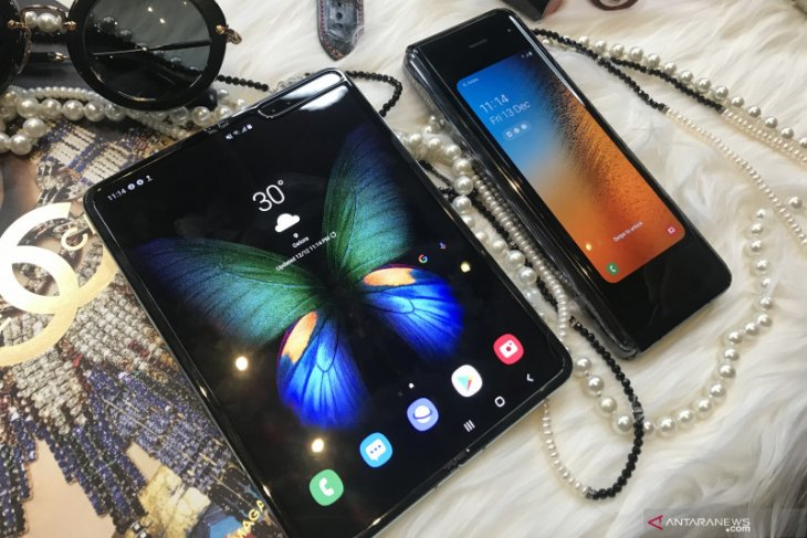 Samsung tunda ponsel lipat Galaxy Fold 2