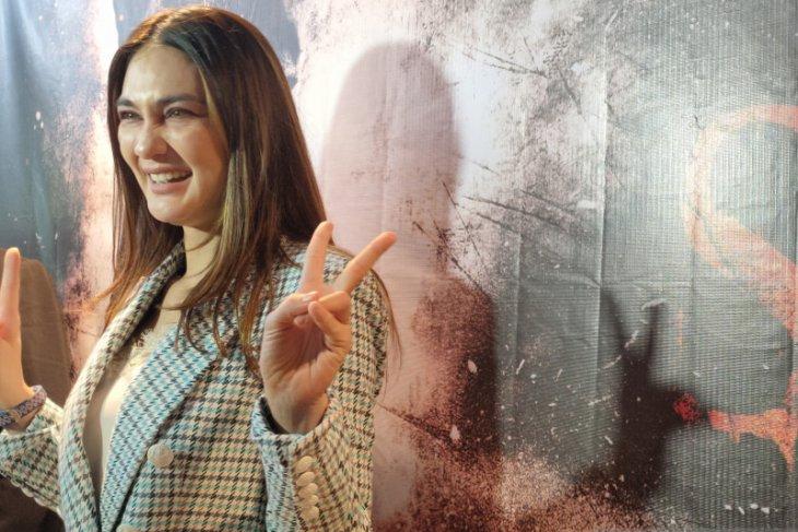 Aktris  Luna Maya buat riasan prostetik di Rusia untuk