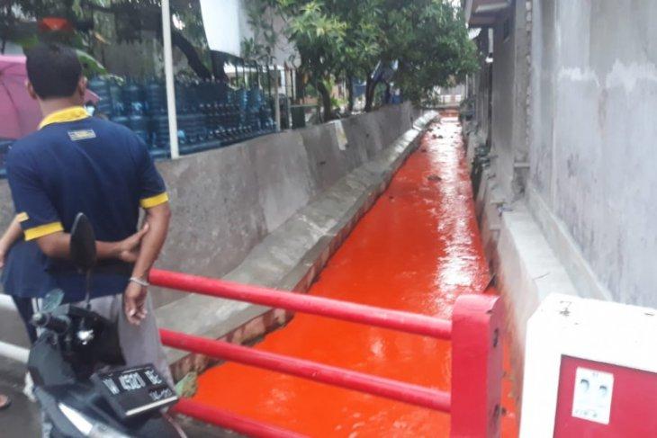 Polisi Gresik selidiki  tumpahan pewarna pupuk di sungai warga