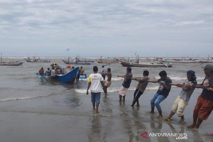 Satu kapal nelayan Kota Bengkulu karam diterjang ombak