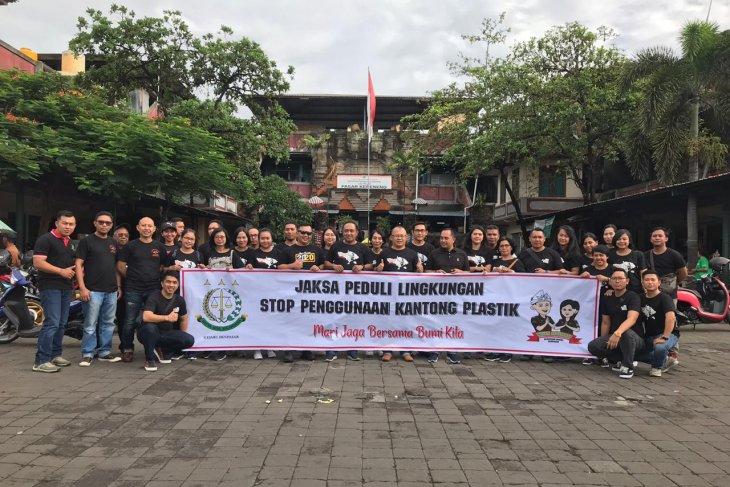 Kejaksaan Negeri Denpasar bagikan 1.000 kantong belanja di Pasar Kreneng