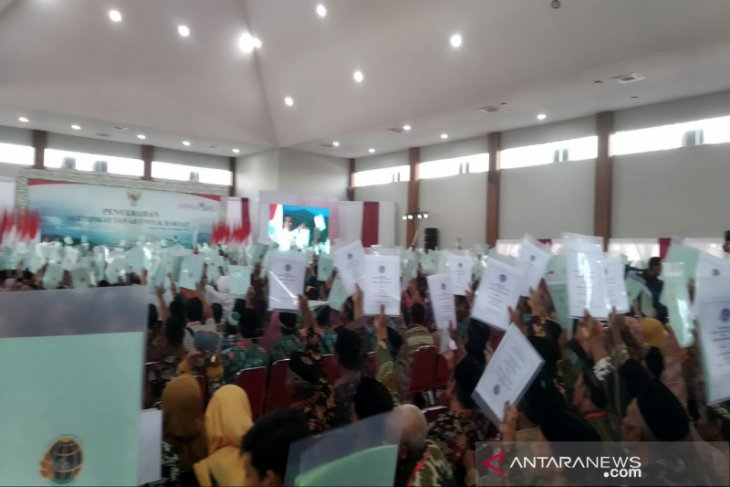 Jokowi hands out 2,000  land certificates to Yogyakarta residents