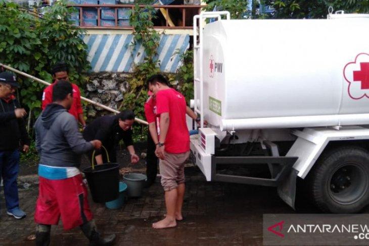 PMI Jember distribusikan air bersih untuk korban banjir bandang