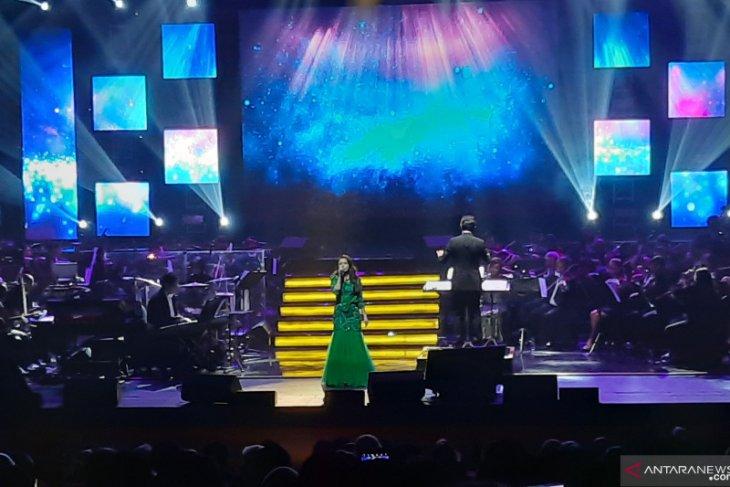 Rossa dan Afgan lelang lagu di sebuah konser