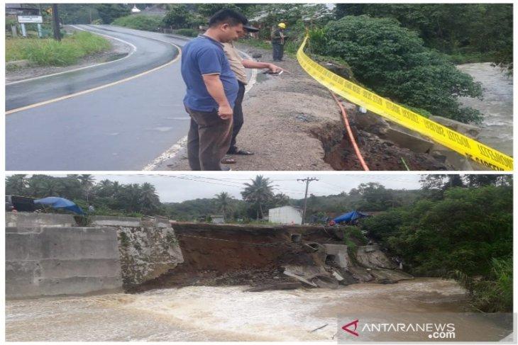 Waspada! Tembok penahan tanah 30 meter pinggir Jalinsum di Tapsel amblas