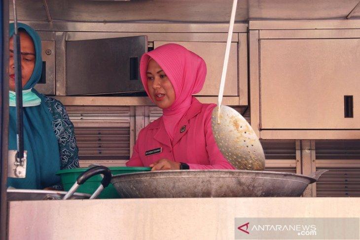 Ibu-ibu Bhayangkari turun ke dapur umum dan latih anak-anak korban banjir