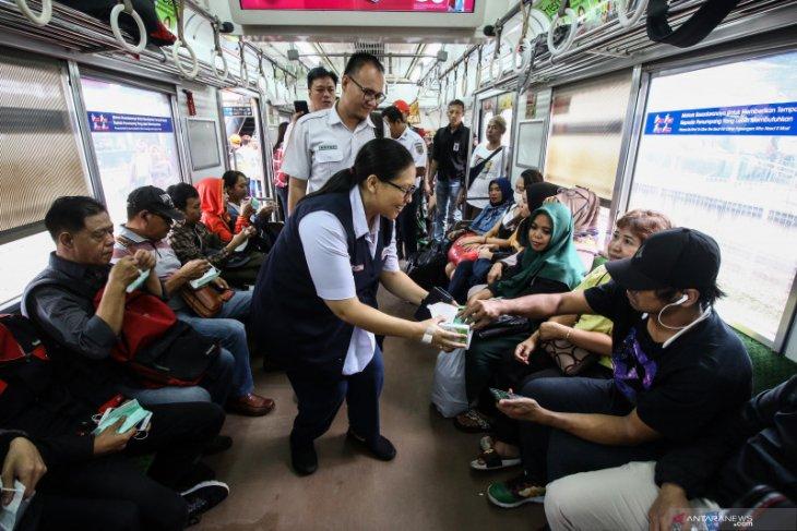 Cegah corona, Kereta-Stasiun KRL sediakan 700 botol pembersih tangan