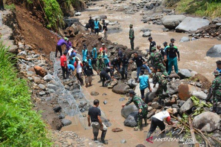 Anggota Kodim 0824 Jember bantu pemasangan bronjong di lokasi banjir bandang
