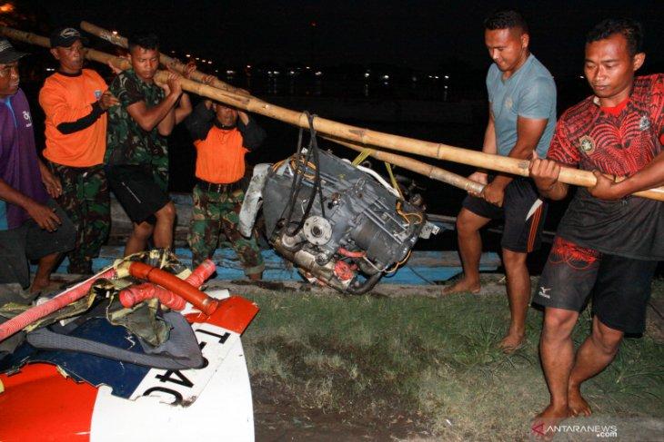 Bagian pesawat latih TNI AL berhasil dievakuasi menggunakan perahu (Video)