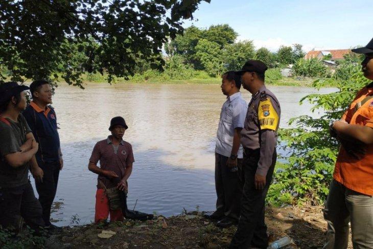 Seekor buaya dikabarkan muncul di Sungai Brantas Kediri, petugas cek lokasi