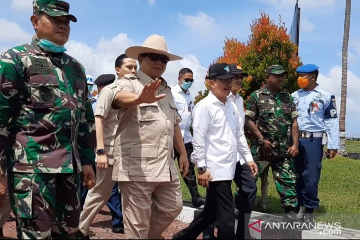 Minister Prabowo visits Natuna to see quarantined Indonesians