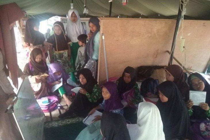 Siswa Madrasah Ibtidaiyah korban banjir, belajar di tenda darurat