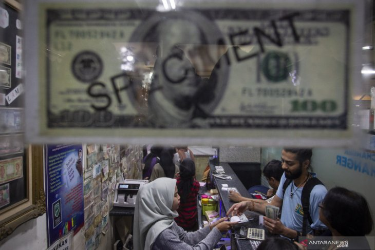 Rupiah weakens despite improving current account deficit