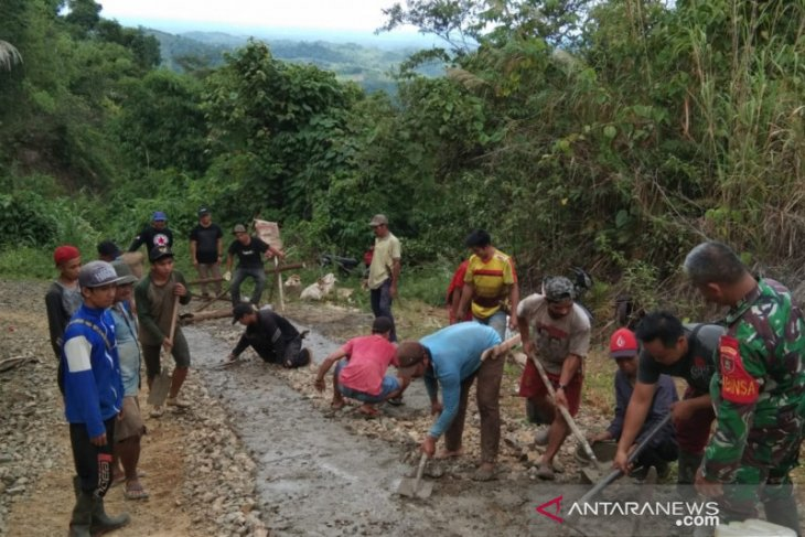 Kedekatan para Babinsa di Meratus bantu warga membuat jalan