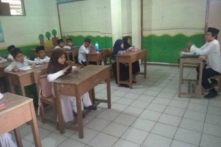 Gaji Guru Madrasah Diniyah di Lebak Rp200 ribu per bulan