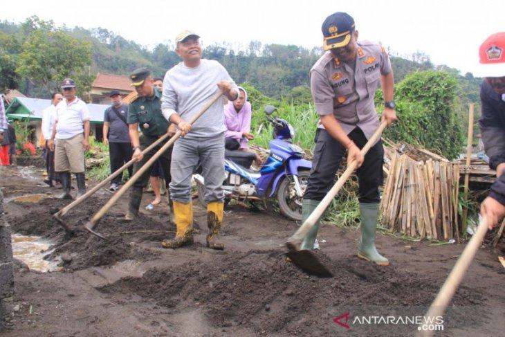 Bupati-Kapolres-Dandim Bangli bersihkan lumpur di Desa Songan
