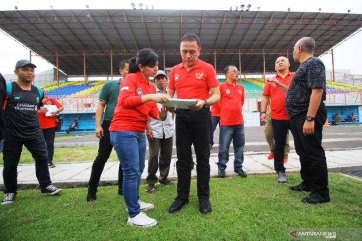 Ketua Umum PSSI tinjau lapangan pendukung untuk Piala Dunia U-20 di Surabaya